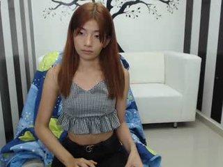 bestfamily cam girl loves her sweet pussy penetrated hard